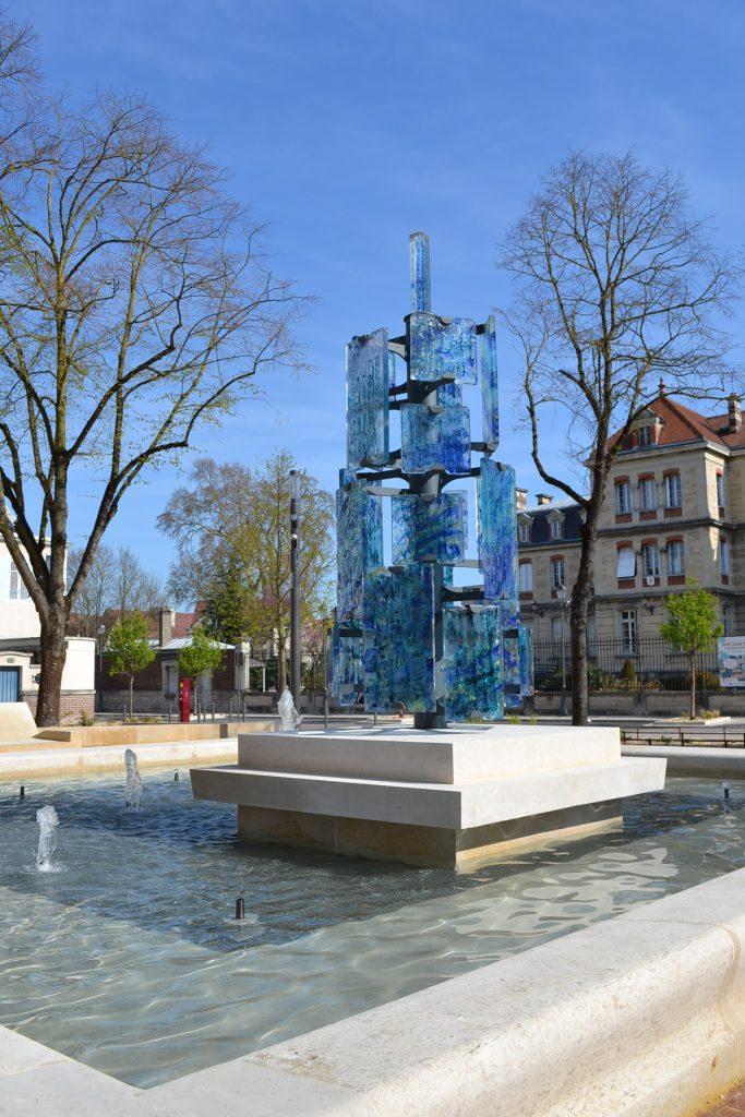Sculpture urbaine en verre troyes verre histoire - Place du verre a eau sur une table ...